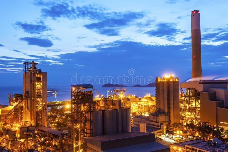 Central eléctrica en la noche fotos de archivo