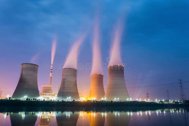 Central eléctrica en la noche foto de archivo