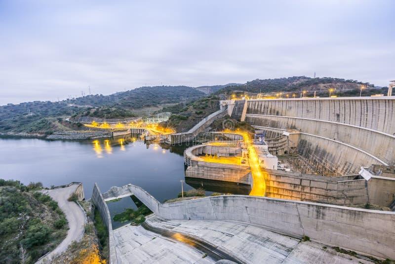 Central eléctrica en la presa del agua de Alqueva, Alentejo, Portugal fotos de archivo