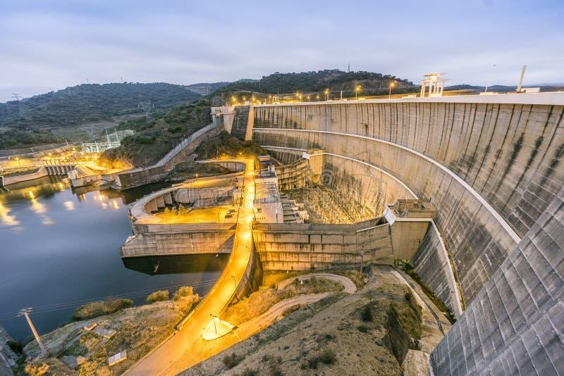 Central eléctrica en la presa del agua de Alqueva, Alentejo, Portugal foto de archivo
