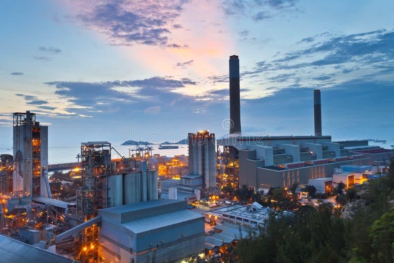 Central eléctrica en la puesta del sol a lo largo de la costa fotografía de archivo libre de regalías