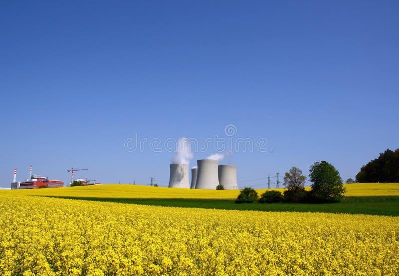 Central eléctrica en naturaleza fotografía de archivo