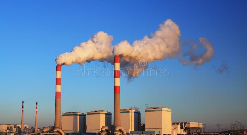 Central eléctrica en puesta del sol fotos de archivo