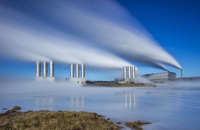 Central eléctrica geotérmica imagenes de archivo