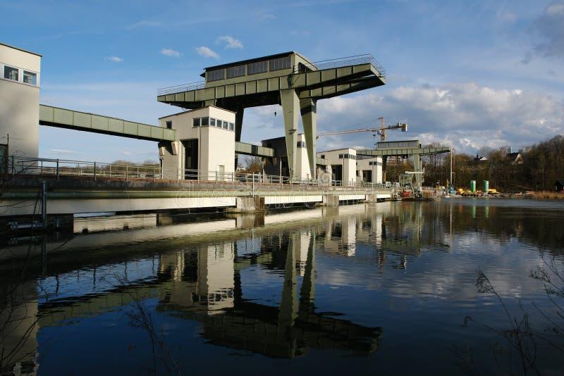 Central eléctrica Hydroelectric na pensão do rio. fotografia de stock royalty free