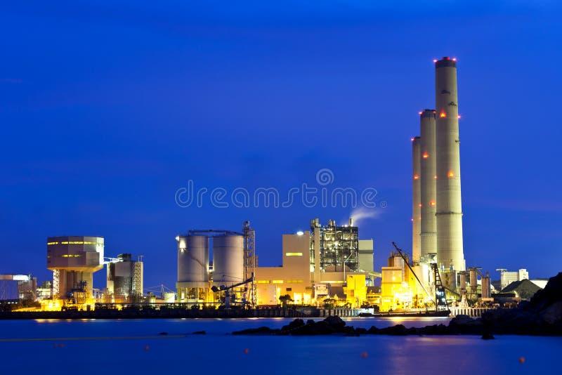 Central eléctrica industrial que fuma en la noche foto de archivo libre de regalías