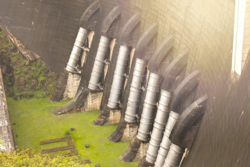 A central eléctrica na represa de Bhumibol em Tailândia A represa é si fotografia de stock royalty free