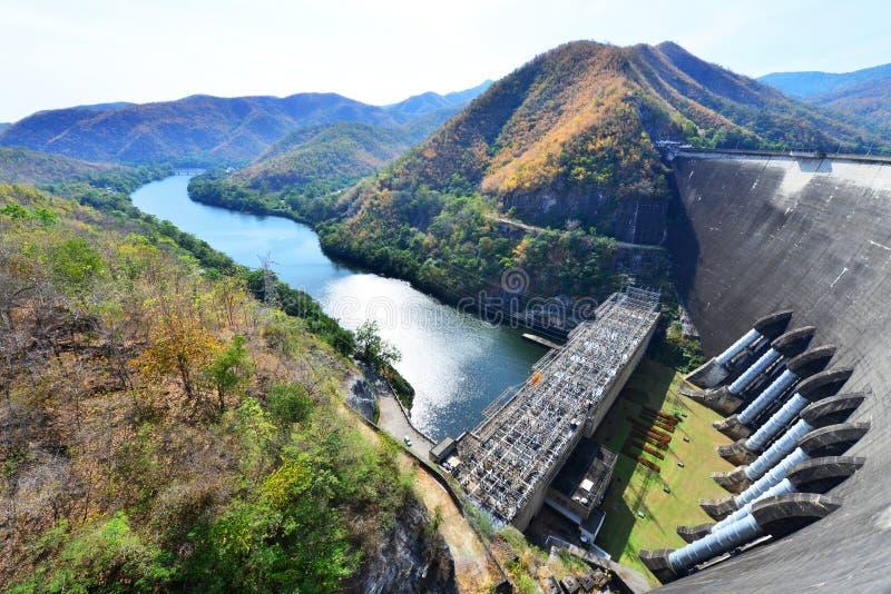 A central eléctrica na represa de Bhumibol em Tailândia fotografia de stock