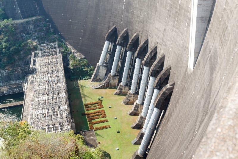 A central eléctrica na represa de Bhumibol em Tailândia imagens de stock