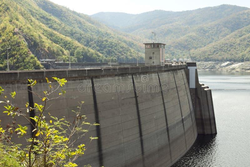 A central eléctrica na represa em Tailândia fotografia de stock royalty free