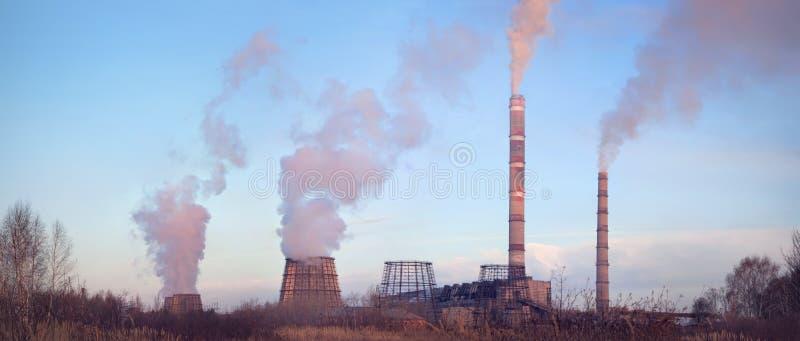 Central eléctrica no crepúsculo imagem de stock royalty free