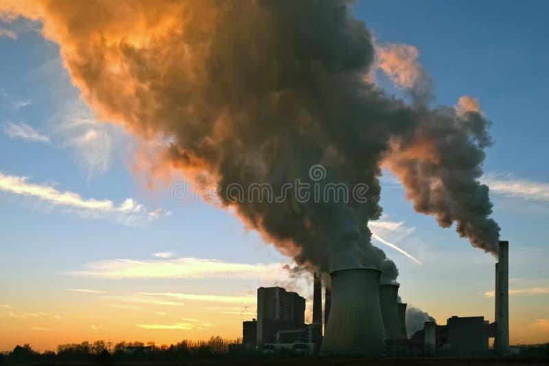 Central eléctrica, ocaso fotografía de archivo libre de regalías
