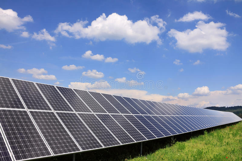 Central eléctrica solar na natureza verde foto de stock
