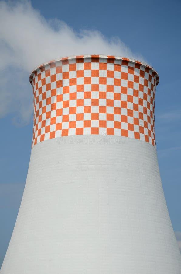 Central eléctrica - torre de enfriamiento imagen de archivo