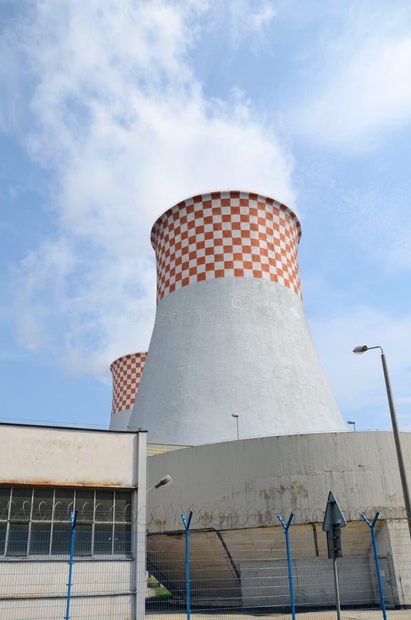 Central eléctrica - torre de enfriamiento fotografía de archivo