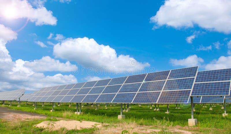 Central eléctrica usando energía solar renovable imágenes de archivo libres de regalías