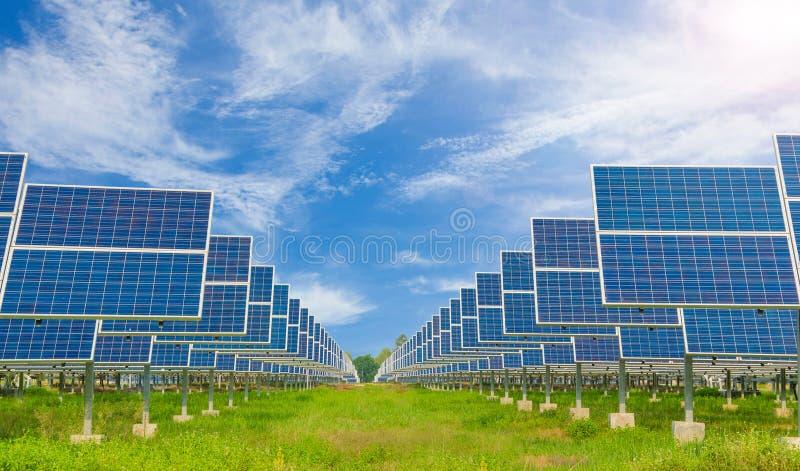 Central eléctrica usando energía solar renovable con el cielo azul fotografía de archivo