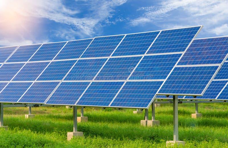 Central eléctrica usando energía solar renovable con el cielo azul fotos de archivo libres de regalías