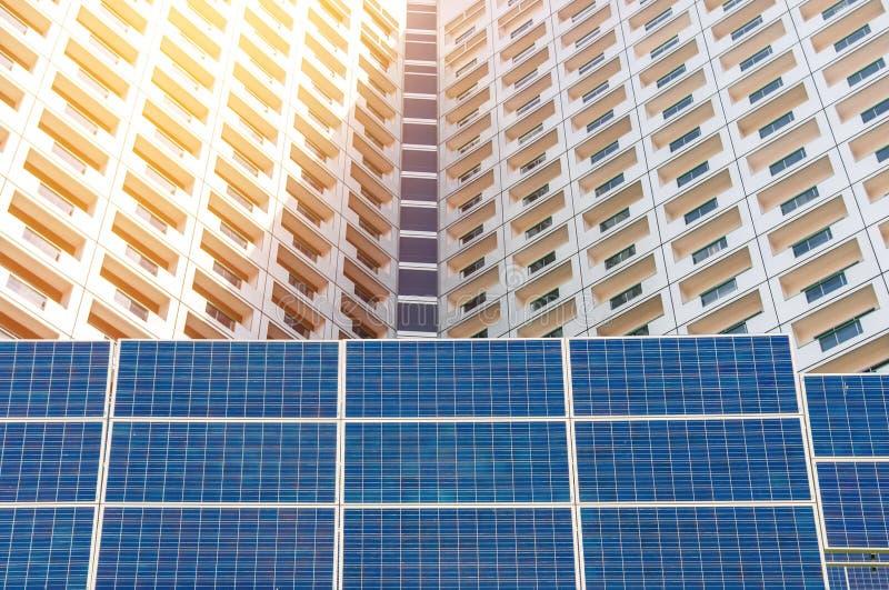 Central eléctrica usando energía solar renovable con el cielo azul foto de archivo libre de regalías