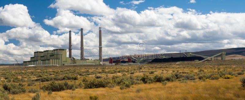Central elétrica ateado fogo carvão com armazenagens de carvão fotos de stock royalty free