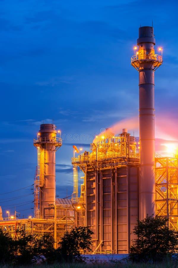 Central elétrica bonde da turbina de gás no crepúsculo com crepúsculo foto de stock royalty free