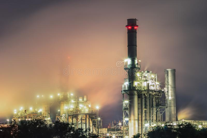 Central elétrica bonde da turbina de gás no crepúsculo com apoio crepuscular toda a fábrica na propriedade industrial fotografia de stock royalty free