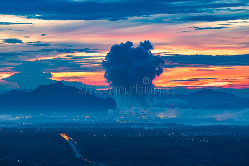 Central elétrica a carvão de Mae Moh da mina em Tailândia imagens de stock
