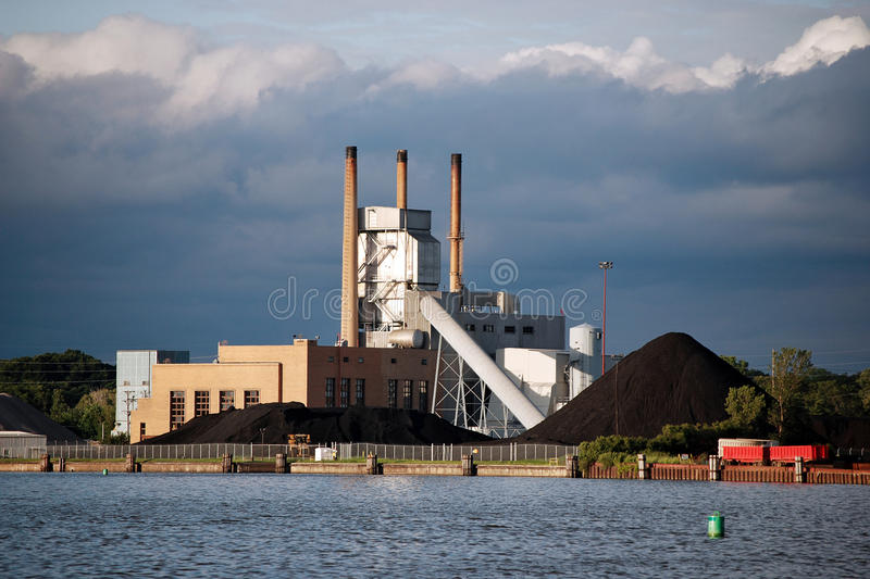 Central elétrica com pilhas de carvão foto de stock