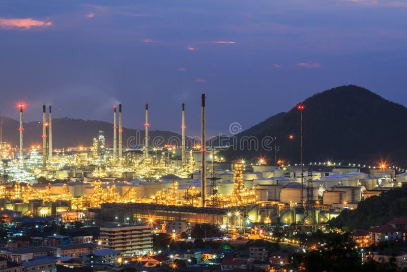 Central elétrica da refinaria de petróleo no crepúsculo imagens de stock