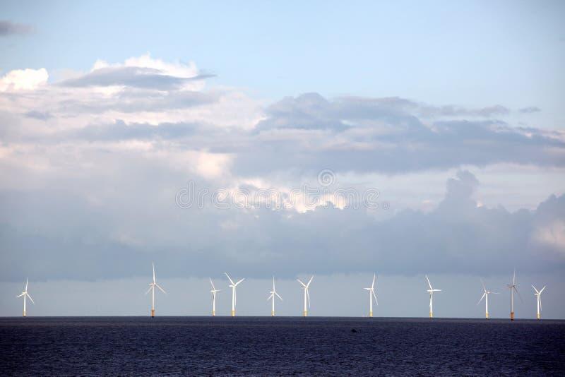 Central elétrica da turbina eólica no mar fotos de stock