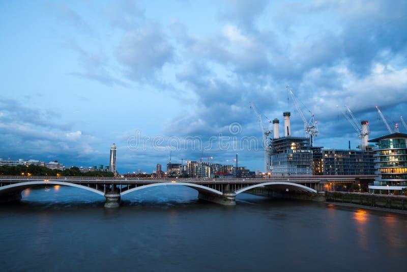 Central elétrica de Battersea, Londres, vista de Chelsea Bridge fotografia de stock royalty free