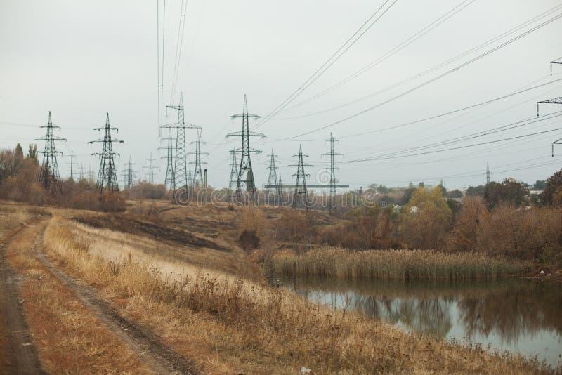 Central elétrica de carvão na área bonita completa das árvores e do lago, reflexão de espelho do polo energético e central elétri imagem de stock