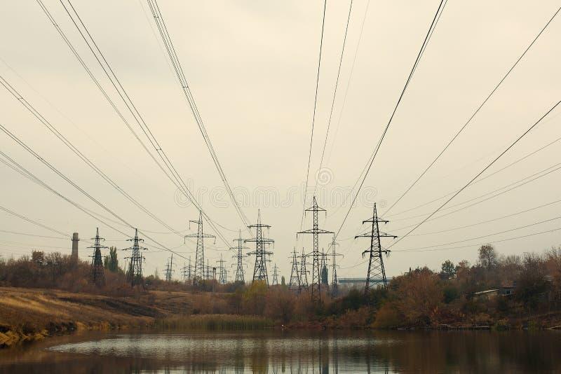 Central elétrica de carvão na área bonita completa das árvores e do lago, reflexão de espelho do polo energético e central elétri imagens de stock royalty free