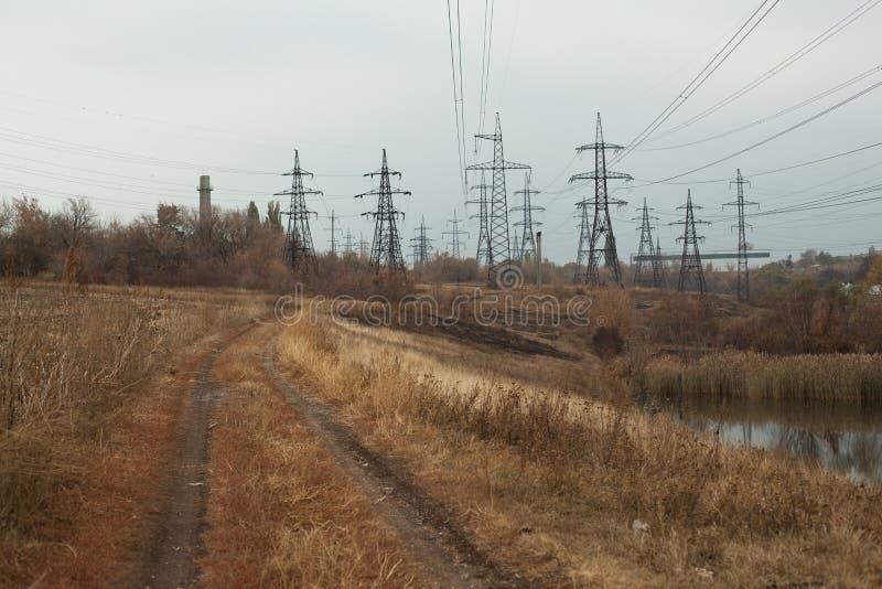 Central elétrica de carvão na área bonita completa das árvores e do lago, reflexão de espelho do polo energético e central elétri imagem de stock royalty free