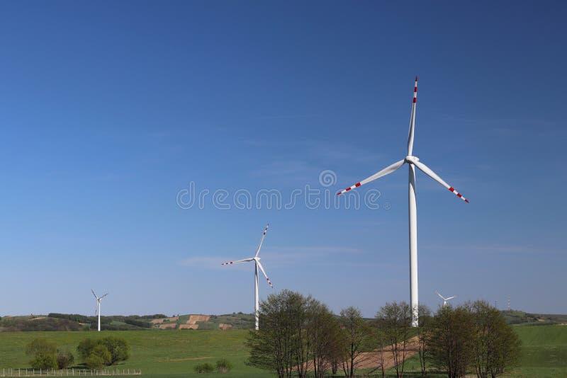 Central elétrica de energias eólicas no dia na primavera Lâminas de giro de geradores da energia Limpe ecologicamente a eletricid imagens de stock royalty free