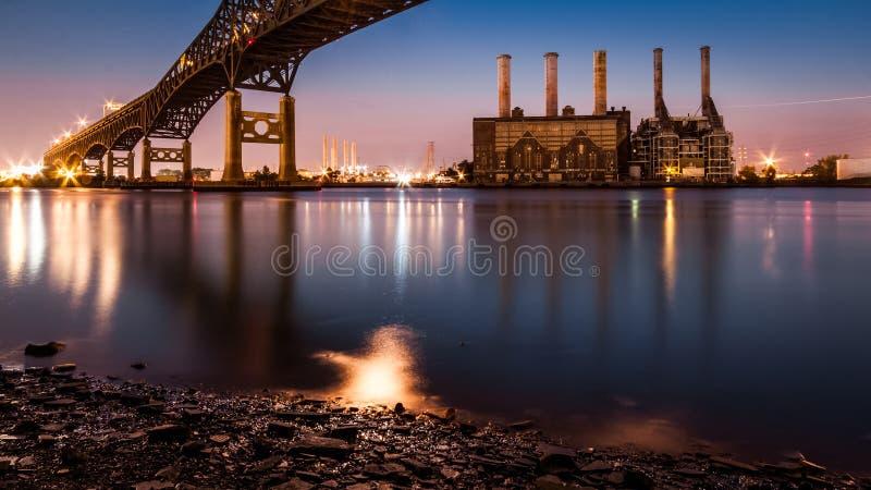 Central elétrica de Kearny e Pulasky Skyway no crepúsculo fotos de stock royalty free