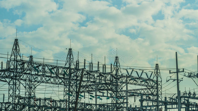 Central elétrica em um dia nebuloso imagem de stock