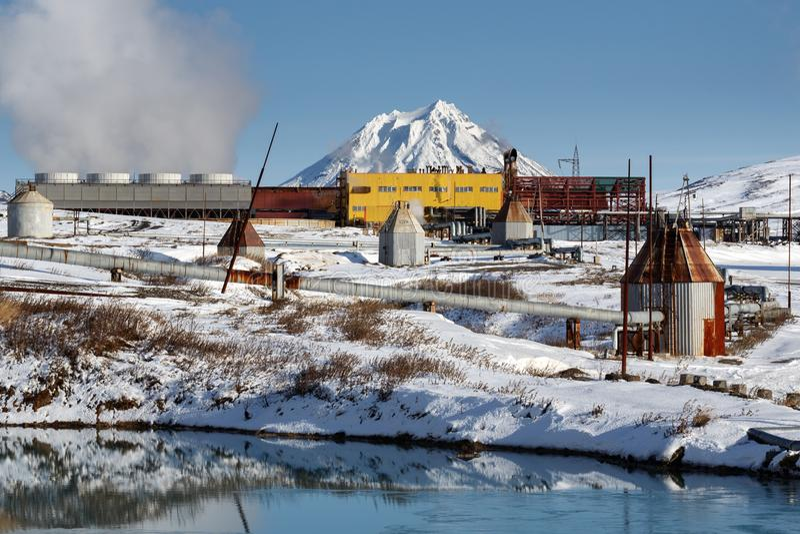 Central elétrica geotérmica de Mutnovskaya Russo Extremo Oriente, península de Kamchatka fotografia de stock royalty free