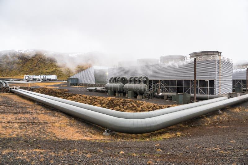 Central elétrica geotérmica nas montanhas de Islândia em Autumn Day nebuloso fotos de stock