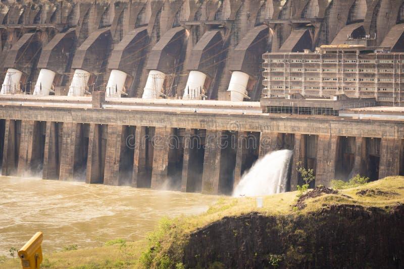 Central el?trica hidroel?trico de Itaipu e as ?guas fotografia de stock