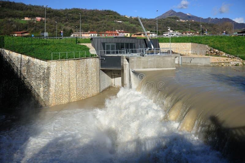 Central elétrica hidroelétrico na cidade de Valdagno, Itália do norte fotografia de stock royalty free