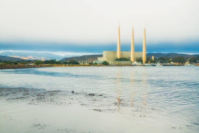Central elétrica na baía de Morro, Califórnia Central elétrica três 450 pé-alto visível de 10 Miles Away foto de stock