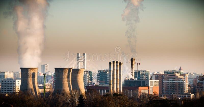 Central elétrica na cidade imagem de stock