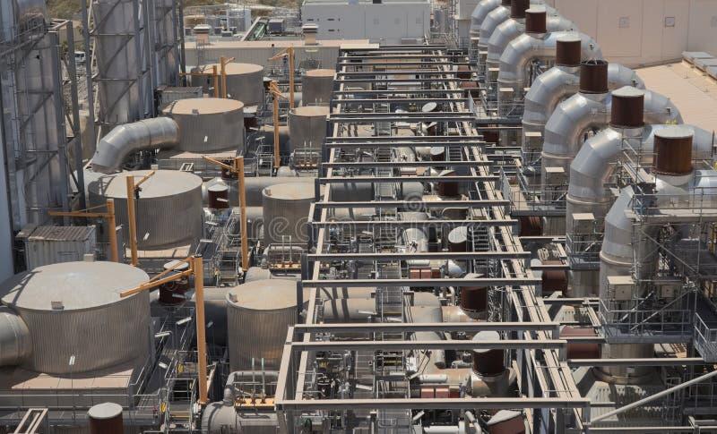 Central elétrica para o tema industrial com tubulações e o cilindro metálicos fotos de stock