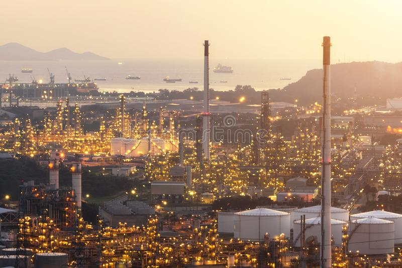 Central elétrica para a propriedade industrial no crepúsculo fotos de stock