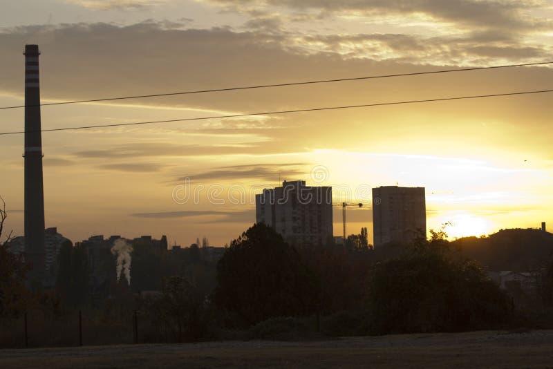 Central elétrica térmico de TPP em um nascer do sol Refinaria com chaminés O fumo da fábrica polui o ambiente T altamente vermelh foto de stock royalty free