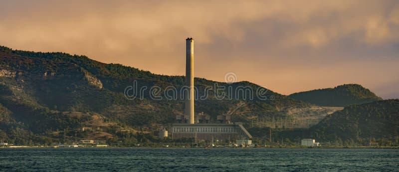 Central elétrica térmico no mar Mediterrâneo fotos de stock