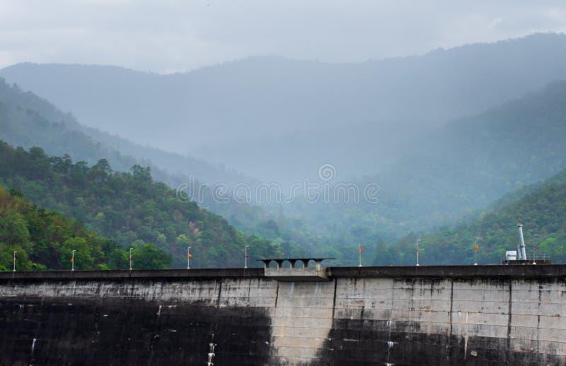 A central el?ctrica na represa de Bhumibol em Tail?ndia imagens de stock