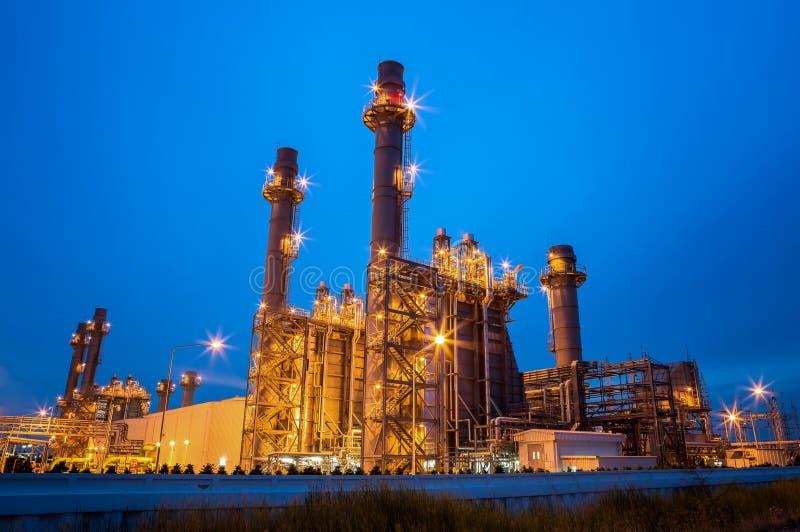 Central electrica de la turbina de gas en la noche foto de archivo