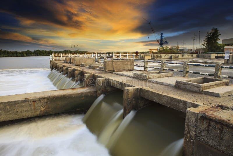 Central electrica termal al lado de la ubicación del lado del río imagen de archivo